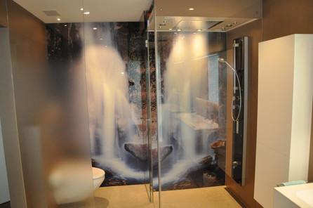 Dampfdusche mit Glaskabine und Rückwand mit Fotodruck