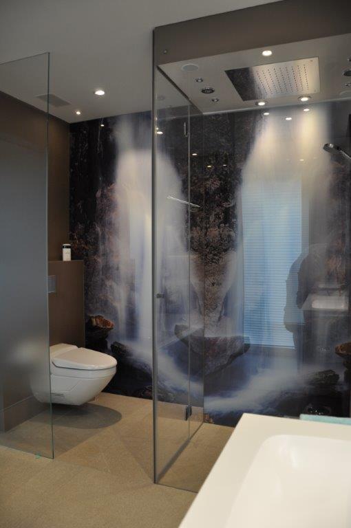 Duschwand aus Glas mit Rückwand mit Fotodruck