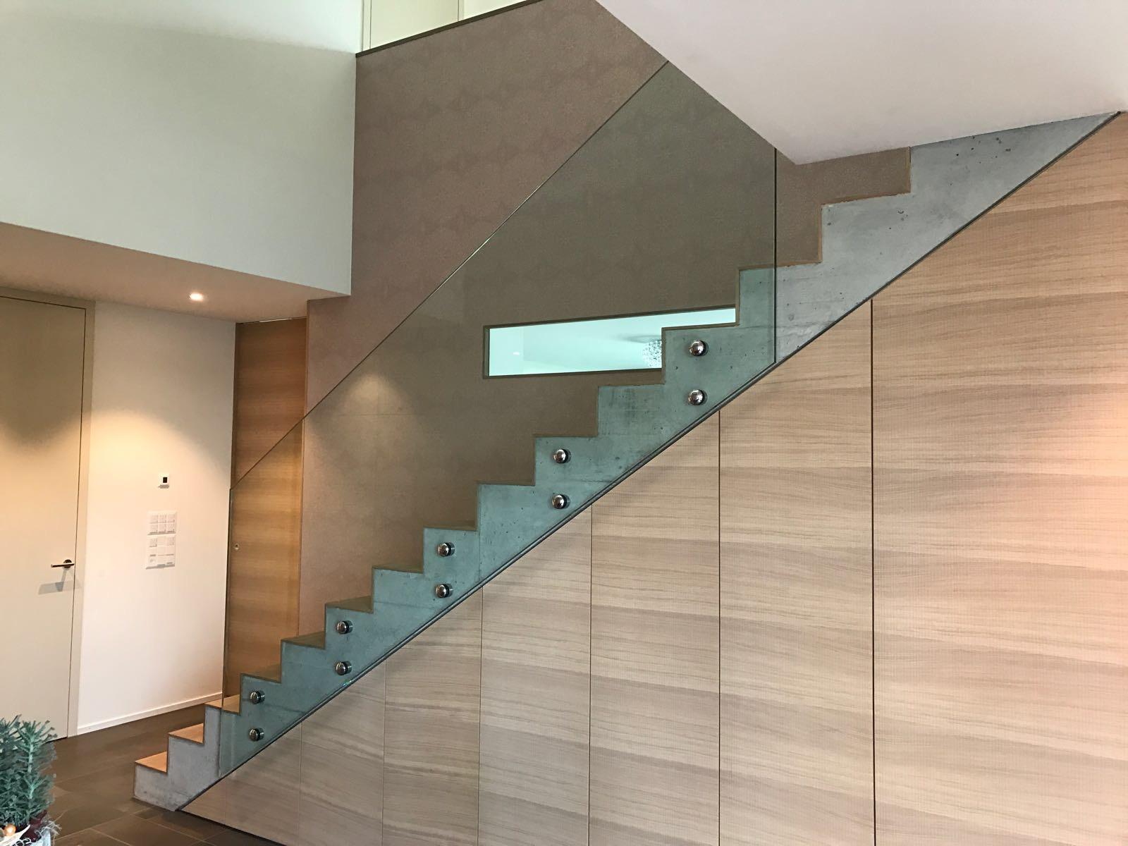 Glasgeländer Treppe mit Verankerung