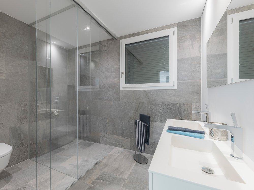 Lichtdurchlässige Duschfront mit Sichtschutz